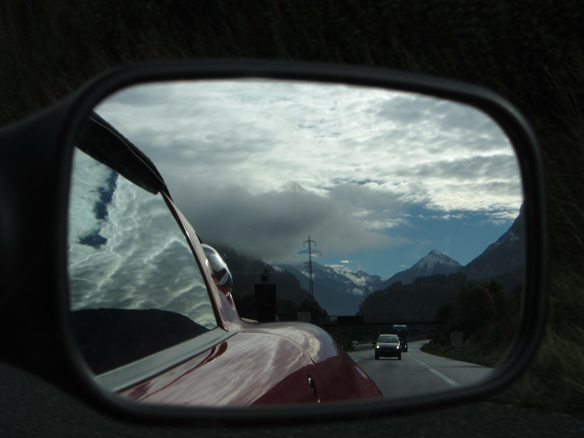 regarder dans le retroviseur peut s'averer dangereux